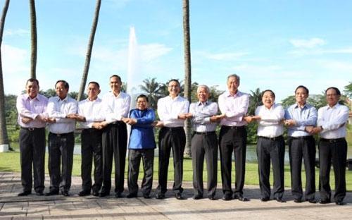 Bộ trưởng bộ quốc phòng các nước ASEAN tại hội nghị ADMM diễn ra ở Kuala Lumpur, Malaysia - Ảnh: Reuters.<br>