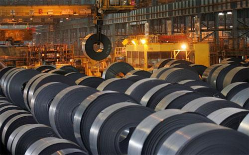 Tình trạng thừa nguồn cung thép trên toàn cầu, chủ yếu là thép Trung Quốc, đẩy giá thép xuống mức thấp nhất trong 9 năm - Ảnh: Bloomberg.<br>