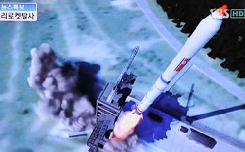 Hình ảnh mô phỏng vụ phóng tên lửa ngày 12/12 của CHDCND Triều Tiên trên truyền hình Hàn Quốc - <i>Ảnh: SBS/ Getty</i>.<br>