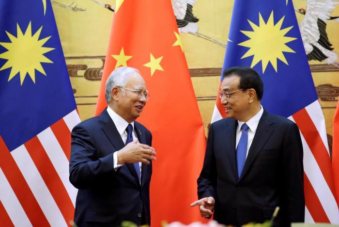 Thủ tướng Malaysia Najib Razak (trái) gặp Thủ tướng Trung Quốc Lý Khắc Cường ngày 1/11 tại Đại lễ đường Nhân dân, Bắc Kinh - Ảnh: Reuters.<br>