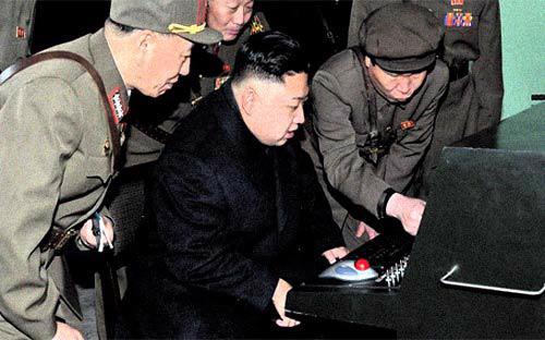 Nhà lãnh đạo Triều Tiên, ông Kim Jong Un, đang xem màn hình máy vi tính - Ảnh: NK News.<br>