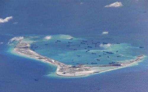 Ảnh chụp từ máy bay trinh sát P-A8 Poseidon của Hải quân Mỹ&nbsp; cho thấy hoạt động khai hoang trái phép của Trung Quốc ở bãi Vành Khăn thuộc quần đảo Trường Sa của Việt Nam. Ảnh được cung cấp ngày 21/5/2015 - Nguồn: Reuters.<br>