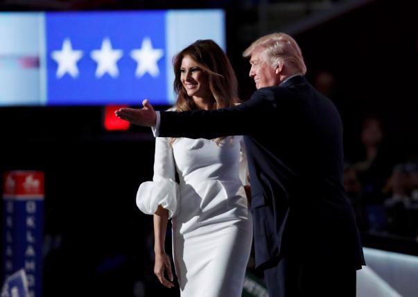 Bà Melania Trump, phu nhân Donald Trump, và chồng trên sân khấu đại hội Đảng Cộng hòa ngày 18/7 - Ảnh: Reuters.<br>