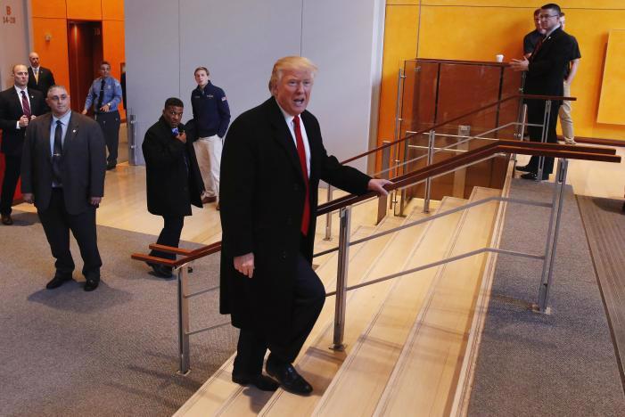 Tổng thống Mỹ đắc cử Donald Trump tại trụ sở báo New York Times ngày 22/11 - Ảnh: Reuters.