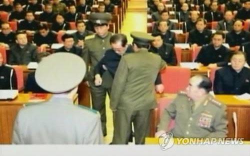 Hình ảnh vụ bắt giữ ông Jang ngay trong cuộc họp trên truyền hình nhà nước Triều Tiên - Ảnh: Yonhap.<br>