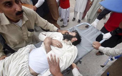 Một người đàn ông bị thương trong trận động đất ngày 26/10 được đưa vào bệnh viện ở Peshawar, Pakistan - Ảnh: Reuters.<br>