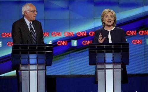 Ông Bernie Sanders (trái) và bà Hillary Clinton trong cuộc tranh luận tối ngày 13/10 - Ảnh: Reuters.<br>