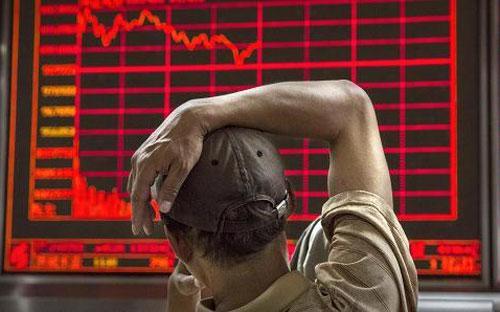 Một nhà đầu tư chứng khoán Trung Quốc đang theo dõi diễn biến giá cổ phiếu trên bảng điện tử một công ty môi giới ở Bắc Kinh - Ảnh: Getty.<br>