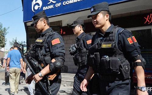 Cảnh sát Trung Quốc tuần tra ngày đêm ở Tân Cương sau hàng loạt vụ bạo động vừa qua - Ảnh: AFP.<br>