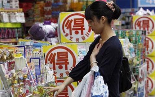 Tiêu dùng cá nhân, lĩnh vực đóng góp khoảng 60% GDP của Nhật, có thể sẽ  khiến ông Abe đắn đo nhiều khi cân nhắc tăng thuế tiêu thụ lên 10% từ 8%  hiện nay - Ảnh: Reuters.<br>