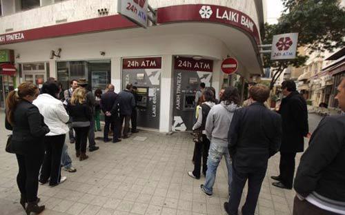 Cảnh hàng dài người xếp hàng trước những máy rút tiền vẫn đang tiếp diễn hàng ngày ở thủ đô Nicosia của Cộng hòa Cyprus - Ảnh: AFP.<br>