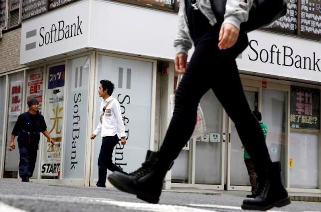 Bên ngoài một cửa hiệu bán lẻ của SoftBank ở Tokyo, Nhật Bản - Ảnh: Reuters.<br>