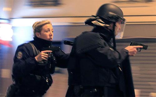 Cảnh sát Pháp đuổi theo một chiếc xe khả nghi trên đường phố Paris hôm 15/11, hai ngày sau vụ tấn công khủng bố gây chấn động - Ảnh: Reuters.<br>
