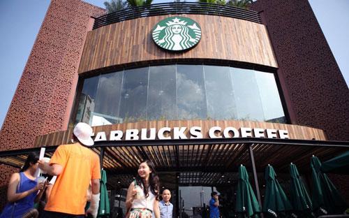 Bên ngoài cửa hiệu Starbucks đầu tiên ở Việt Nam - Ảnh: Huy Đức - Quốc Huy<strong>.<br></strong>