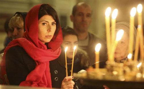 Một buổi lễ cầu nguyện cho các nạn nhân vụ máy bay rơi được tổ chức tại St. Petersburg, Nga ngày 8/11 - Ảnh: Reuters.<br>