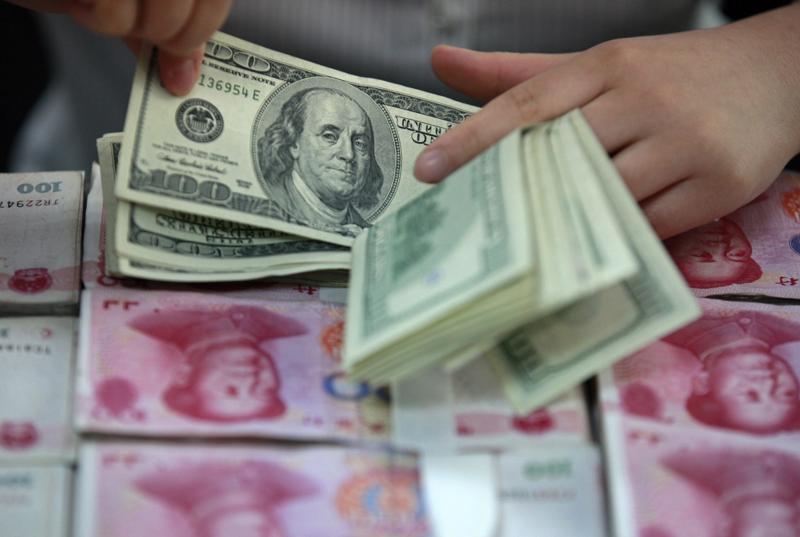 Dòng vốn chảy khỏi Trung Quốc đã tăng vọt trong nửa cuối năm 2015, lên  tới 171 tỷ USD vào tháng 12 - theo ước tính của Bloomberg.