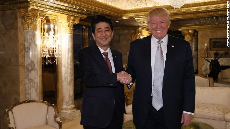 Thủ tướng Nhật Bản Shinzo Abe (trái) gặp Tổng thống Mỹ đắc cử Donald Trump tại Trump Tower ở New York ngày 17/11 - Ảnh: CNN.<br>