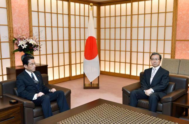 Ngoại trưởng Nhật Bản Fumio Kishida (trái) và đại sứ Trung Quốc tại Tokyo Cheng Yonghua trong cuộc gặp ngày 9/8 - Ảnh: Kyodo/Reuters.<br>