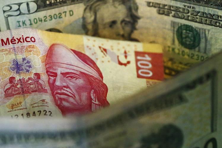 Đồng Peso của Mexico đã mất giá 11% từ đầu năm đến nay, trở thành đồng  tiền chủ chốt mất giá mạnh thứ nhì thế giới sau đồng Bảng Anh - Ảnh: WSJ.<br>