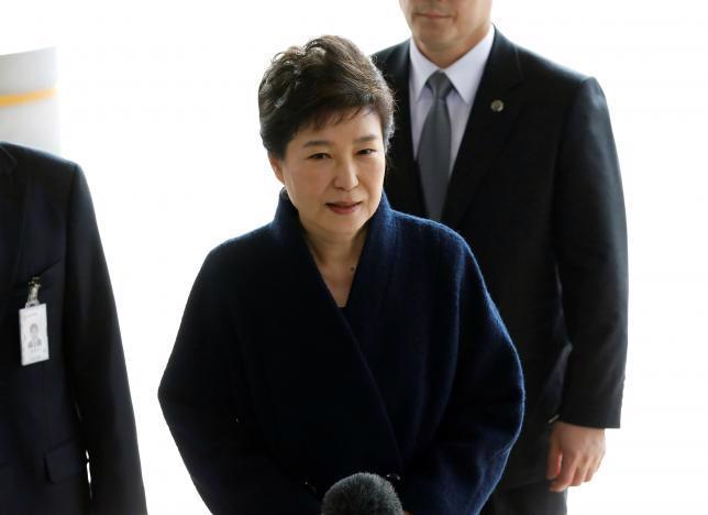 Bà Park Geun-hye tới văn phòng công tố ở Seoul để bị thẩm vấn hôm 21/3 - Ảnh: Reuters.<br>