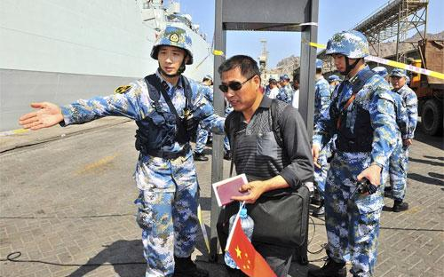 Tàu hải quân Trung Quốc sơ tán công dân nước này khỏi Yemen tháng 3/2015 - Ảnh: Reuters/WSJ.<br>