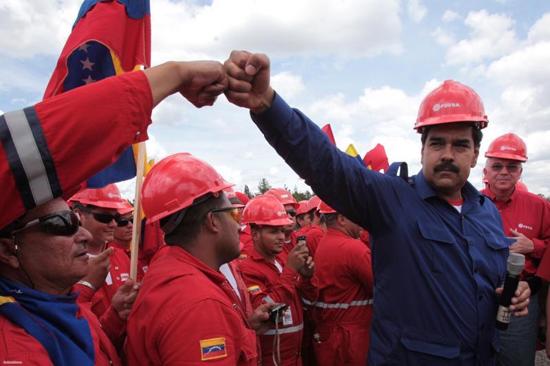 Tổng thống Venezuela Nicolas Maduro trong một lần đi thăm cơ sở dầu lửa của nước này.<br>