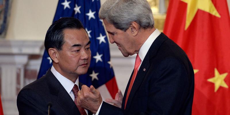 Ngoại trưởng Trung Quốc Vương Nghị (trái) và Ngoại trưởng Mỹ John Kerry.<br>