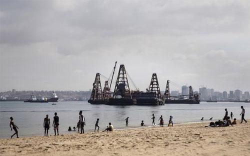 Nigeria, nước xuất khẩu dầu hàng đầu châu Phi, đang ngày càng chìm sâu vào khó  khăn kinh tế và đề nghị WB cấp vốn vay để bù đắp cho khoản thâm hụt  ngân sách dự kiến lên tới 11 tỷ USD trong năm nay - Ảnh: Financial Times/Bloomberg.<br>