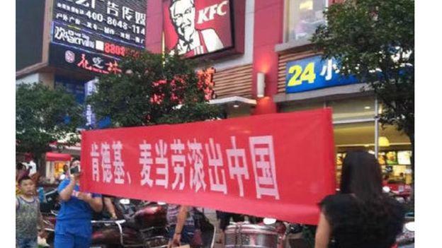 Người Trung Quốc biểu tình trước một cửa hiệu KFC ở nước này - Ảnh: Weibo/BBC.<br>