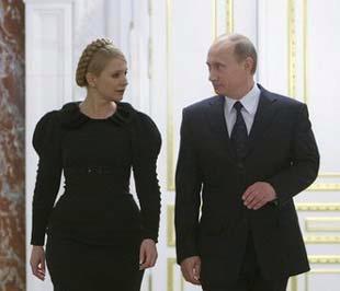 Thủ tướng Nga Vladimir Putin (bên phải) và Thủ tướng Ukraine Yulia Tymoshenko sau cuộc họp diễn ra tại thủ đô Moskva của Nga, hôm 18/1 - Ảnh: Reuters.