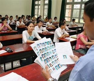 Giám thị kiểm tra phiếu dự thi kỳ thi đại học năm 2007 tại Đại học Nông lâm Tp.HCM - Ảnh: Như Hùng.