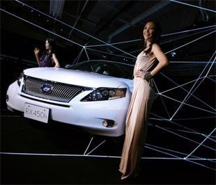 Kurara Chibana, Hoa hậu Hoàn vũ Nhật Bản năm 2006 (bên trái) và Riyo Mori, Hoa hậu Hoàn vũ Nhật Bản năm 2007, bên cạnh chiếc Lexus RX450h, một mẫu xe mới của Toyota, tại lễ ra mắt ngày 19/1 vừa qua ở Tokyo (Nhật) - Ảnh: Reuters.