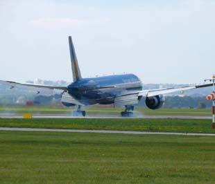 """Nhiều hãng hàng không vẫn cho rằng vấn đề """"đau đầu"""" nhất trong bảo đảm an toàn, an ninh hàng không lại xuất phát từ... ý thức của hành khách."""