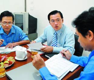 Ông Nguyễn Tuấn Quỳnh (giữa) tại cuộc họp ở Công ty Cổ phần Năng lượng Đại Việt - Ảnh: Thanh Đạm.
