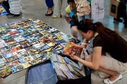 Băng đĩa nhái xuất hiện tràn lan tại Trung Quốc - Ảnh: AFP.