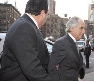 """Theo các công tố viên, Madoff có thể lĩnh án tù tối đa lên tới 150 năm. Thời gian chính thức """"bóc lịch"""" của ông ta sẽ bắt đầu từ ngày 16/6 tới - Ảnh: AP."""