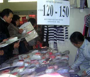 Rất nhiều gian hàng treo biển giảm giá từ 30-50% cho tất cả các mặt hàng như mỹ phẩm, đồ điện tử, điện lạnh, thời trang.