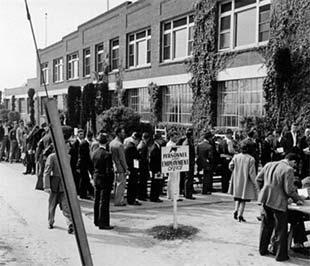 Hàng người đứng chờ xin việc ở California, thời Đại suy thoái 1929 ở Mỹ.