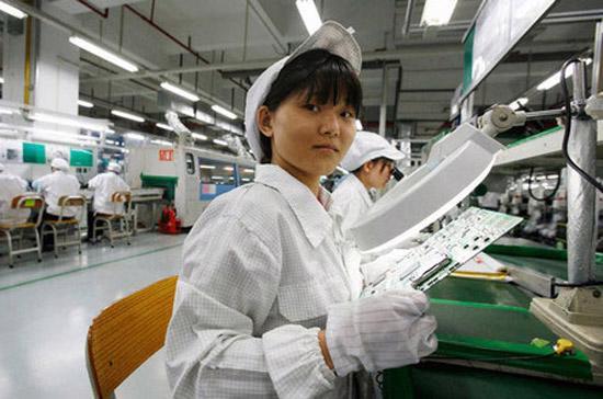 Một nữ nhân viên làm việc trong nhà máy của Foxconn ở Trung Quốc.
