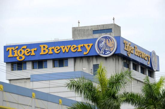 Một nhà máy bia Tiger ở Singapore - Ảnh: Bloomberg.