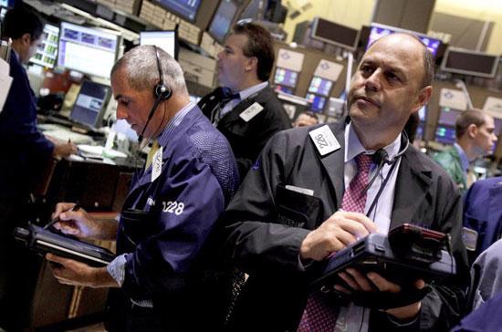 Đầu phiên, các nhóm cổ phiếu giao dịch ở mức thấp, do số liệu kinh tế yếu kém từ Nhật Bản khiến giới đầu tư thêm lo lắng về triển vọng tăng trưởng kinh tế toàn cầu - Ảnh: AP.
