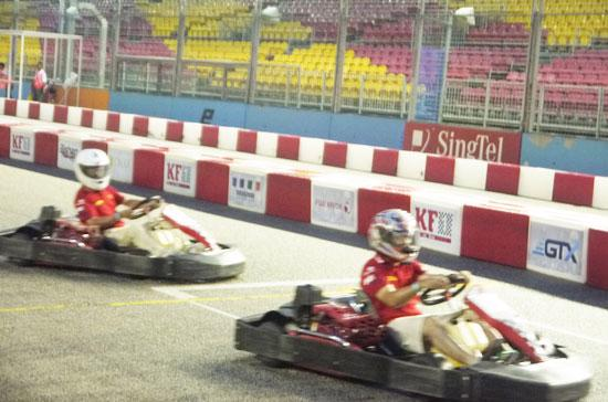 Do mưa nặng hạt, nên các tay đua Go Kart rất vất vả vượt qua đối thủ phía trước.