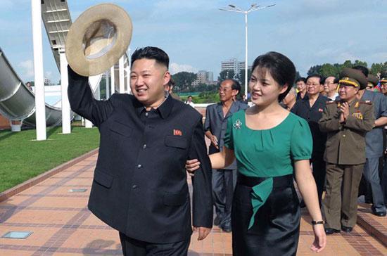 Hãng tin Yonhap của Hàn Quốc tiết lộ, đệ nhất phu nhân Triều Tiên sinh năm 1989, từng học hát ở Trung Quốc.