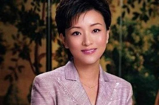 """Yang Lan - người được xem là sự pha trộn giữa minh tinh Audrey Hepburn và """"nữ hoàng"""" talk-show Mỹ Oprah Winfrey."""