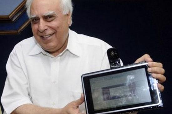 Ông Kapil Sibal giới thiệu chiếc máy tính bảng hôm 22/7 - Ảnh: AFP.
