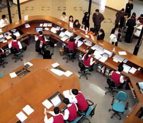 Phiên giao dịch thứ hai của tháng 4 tiếp tục chứng kiến sự giảm giá của các cổ phiếu trên hai thị trường niêm yết Hà Nội và Tp.HCM - Ảnh: Việt Tuấn.