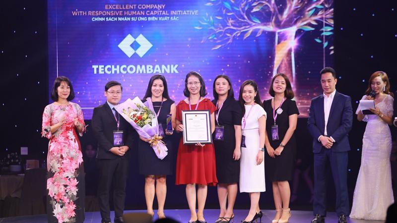 Lãnh đạo Techcombank nhận giải thưởng từ Ban tổ chức.