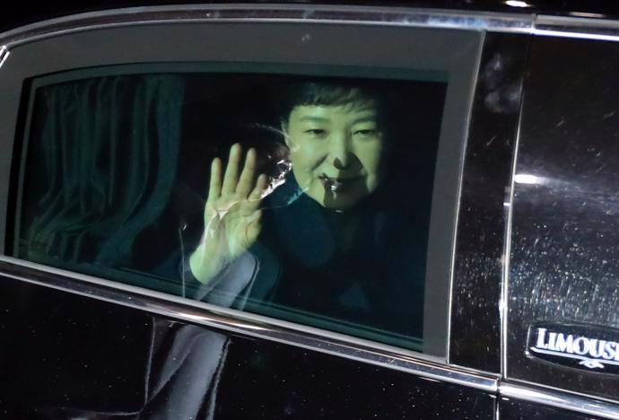 Tổng thống bị phế truất Park Geun-hye rời Nhà Xanh ở Seoul ngày 12/3 - Ảnh: Reuters.<br>