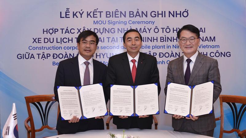 Đại diện Tập đoàn Thành Công, UBND tỉnh Ninh Bình và Tập đoàn Hyundai Motor ký biên bản ghi nhớ về việc xây dựng nhà máy ôtô Hyundai thứ 2 tại Việt Nam.