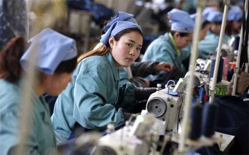 Công nhân làm việc trong một nhà máy sản xuất hàng may mặc của Trung Quốc.<br>